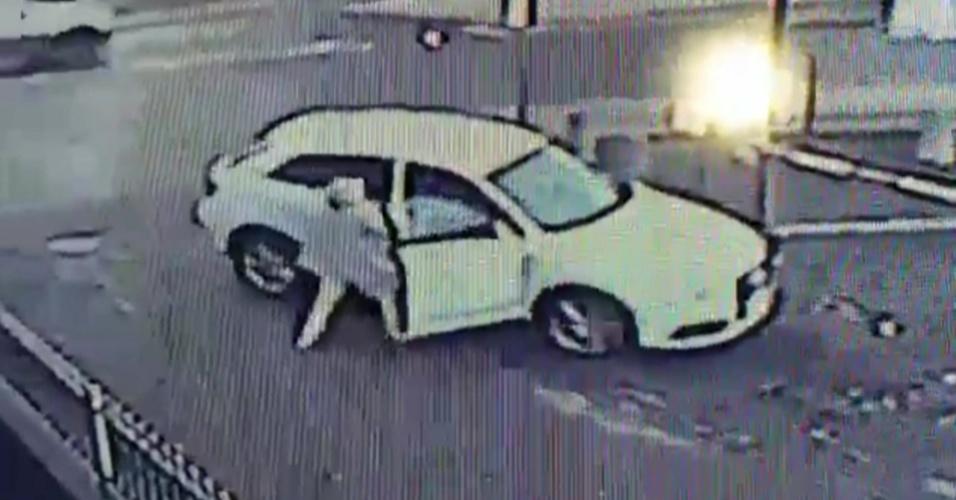 28.set.2014 - Mulher enfrenta ladrão e evita roubo de seu carro no Reino Unido