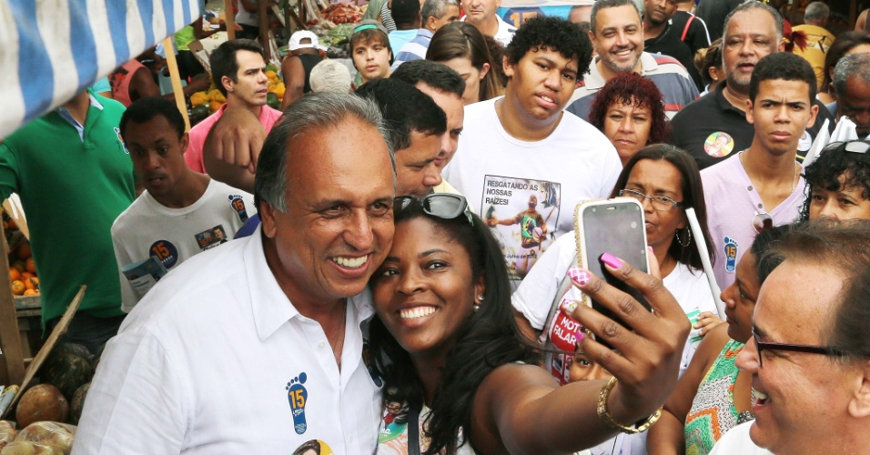 28.set.2014 - O candidato à reeleição ao governo do Rio, Luiz Fernando Pezão, durante caminhada em Duque de Caxias, no Rio de Janeiro