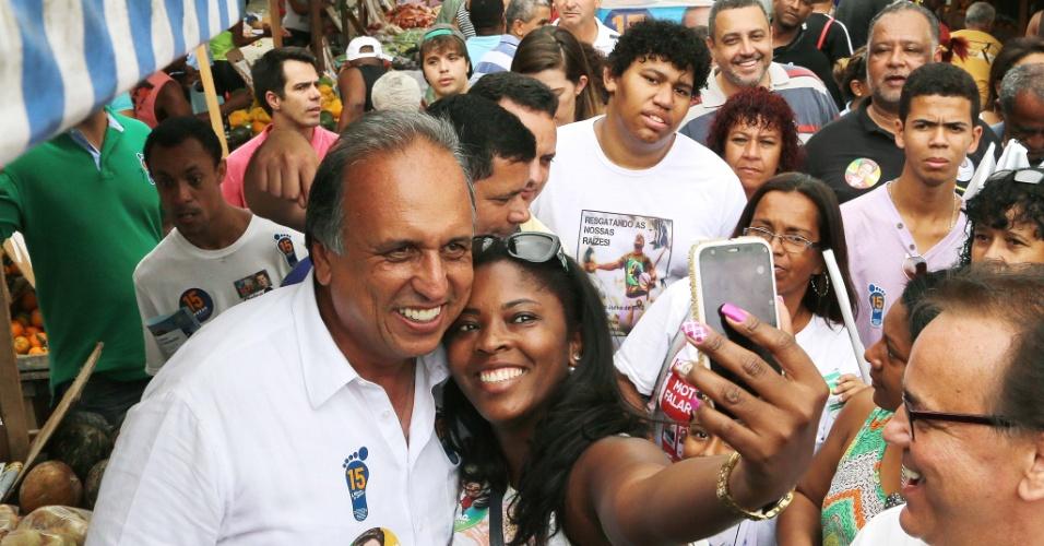 28.set.2014 - O candidato à reeleição ao governo do Rio, Luiz Fernando Pezão, durante caminhada em Duque de Caxias, no Rio de Janeiro