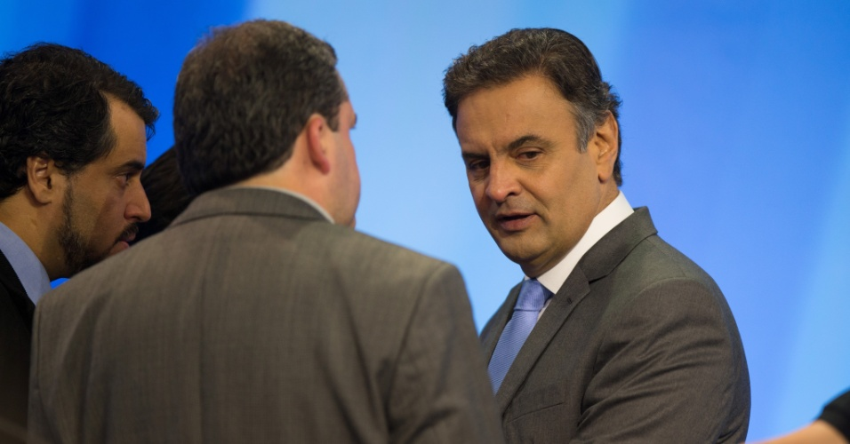 28.set.2014 - O candidato Aécio Neves escuta orientações de marqueteiros de sua campanha, durante debate promovido pela TV Record, neste domingo