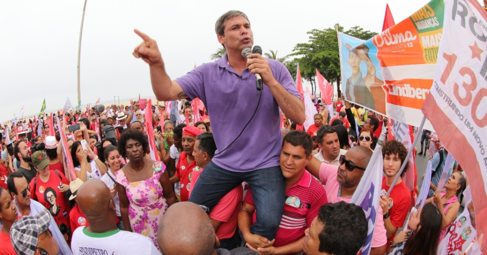 28.set.2014 - O candidato ao governo do Rio de Janeiro pelo PT, Lindberg Farias, faz caminhada em Copacabana, zona sul da capital, neste domingo