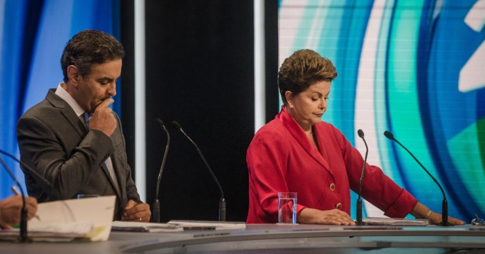 28.set.2014 - O candidato tucano à Presidência, Aécio Neves, e a candidata à reeleição, presidente Dilma Rousseff (PT), participam de debate eleitoral promovido pela TV Record na noite deste domingo (29), em São Paulo