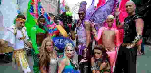 Participantes da 2ª Parada LGBT do Complexo do Alemão, na zona norte do Rio, posam para fotos - Márcio Cassol/Brazil Photo Press/Estadão Conteúdo