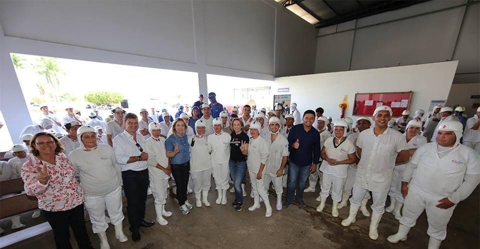 23.set.2014 - A candidata ao Senado por Rondônia, Ivone Cassol (PP, de azul), mulher do senador Ivo Cassol, faz campanha ao lado da cunhada Jaqueline Cassol (PR, de preto), que disputa vaga para o governo do Estado