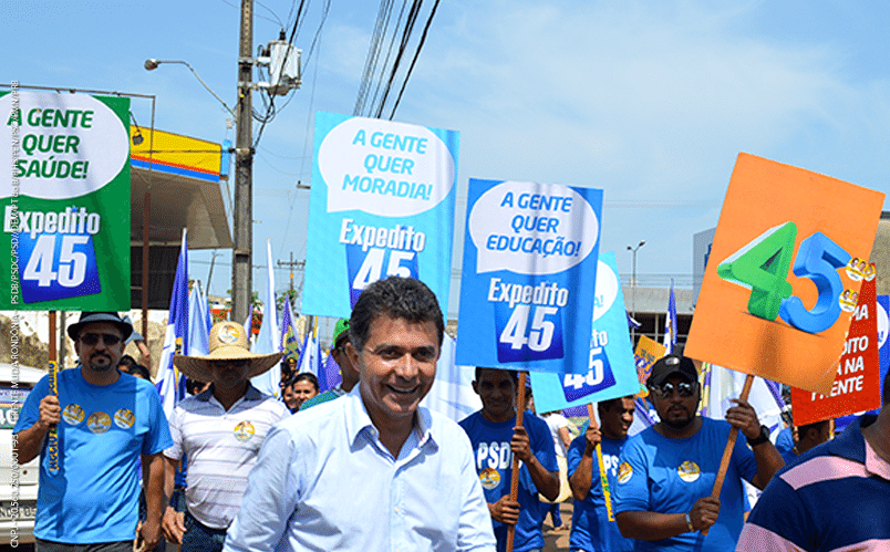 23.set.2014 - O candidato ao governo de Rondônia Expedito Junior (PSDB) faz caminhada durante campanha em Ouro Preto do Oeste, interior do Estado