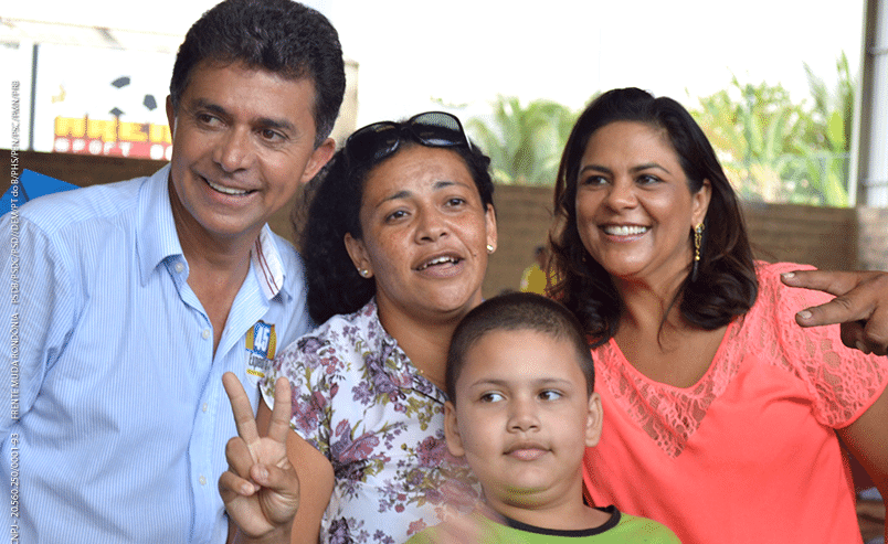 24.set.2014 - O candidato ao governo de Rondônia Expedito Junior (PSDB) posa com eleitores durante campanha para o governo de Rondônia