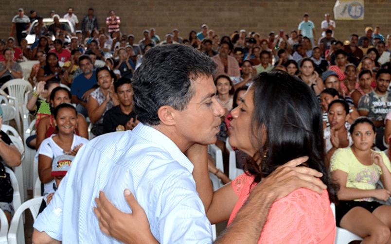 24.set.2014 - O candidato ao governo de Rondônia Expedito Junior (PSDB) beija eleitora durante ato de campanha