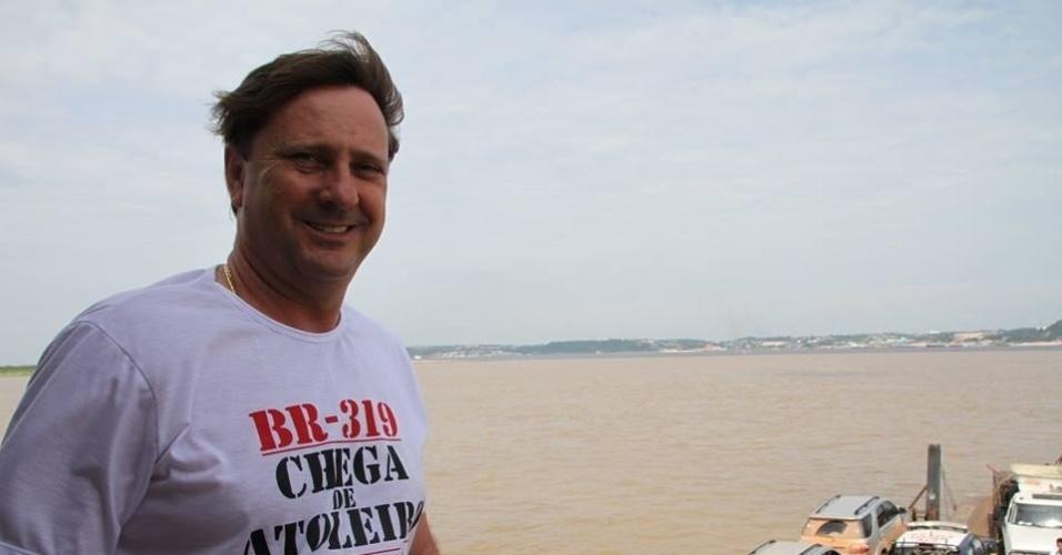 23.set.2014 - O senador de Rondônia Acir Gurgacz (PDT) faz campanha para reeleição na região da BR-319, no interior do Estado