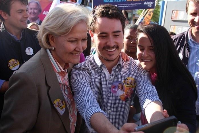 11.set.2014 - A senadora Ana Amélia Lemos (PP), candidata ao governo do Rio Grande do Sul, faz selfie com eleitores em Dom Pedrito (RS), município gaúcho que faz divisa com o Uruguai