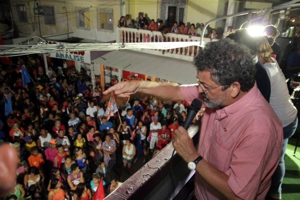 17.set.2014 - Candidato ao Senado pelo Pará, Paulo Rocha (PT) conversa com eleitores em Mocajuba (PA). Rocha renunciou ao mandato em 2005 para fugir da cassação após o escândalo do mensalão petista e precisou entrar na Justiça para seguir concorrendo depois que o TSE (Tribunal Superior Eleitoral) indeferiu a sua candidatura com base na Lei da Ficha Limpa