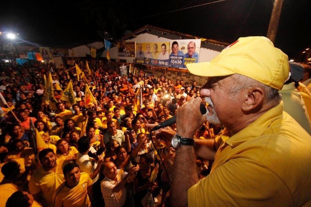 1º.set.2014 - O governador do Pará e candidato à reeleição Simão Jatene discursa para eleitores em São Miguel do Guamá (PA). Gestor estadual com a 5ª pior avaliação do país (39% de ruim/péssimo em dezembro de 2013, segundo o Ibope), Jatene chegou a afirmar, em abril, que deixaria o governo. Depois mudou de ideia e anunciou sua decisão de concorrer ao terceiro mandato