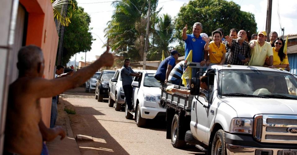 1.set.2014 - O governador do Pará e candidato à reeleição, Simão Jatene (PSDB), participa de carreata em Rondon do Pará. Jatene foi um dos fundadores do PSDB e chegou a trabalhar como secretário de Estado de Planejamento quando o senador Jader Barbalho (PMDB) era governador nos anos 1980. Ele concorreu para um cargo eletivo pela primeira vez em 2002 por obra do então governador Almir Gabriel (PSDB)