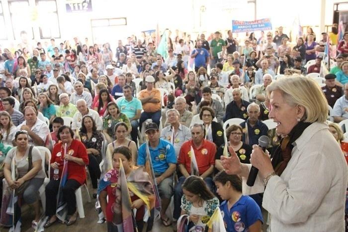 20.set.2014 - A senadora e candidata ao governo do Rio Grande do Sul, Ana Amélia Lemos (PP), faz campanha e conversa com eleitores em Terra de Areia, no interior do Estado