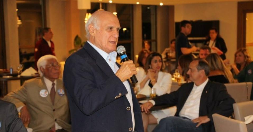 23.set.2014 - O candidato a senador Lasier Martins (PDT) discursa para apoiadores em Porto Alegre. O candidato se filiou ao PDT em outubro de 2013 e anunciou no Jornal do Almoço, telejornal da RBS, afiliada à rede Globo, em que atuava como comentarista, que estava trocando o jornalismo pela política