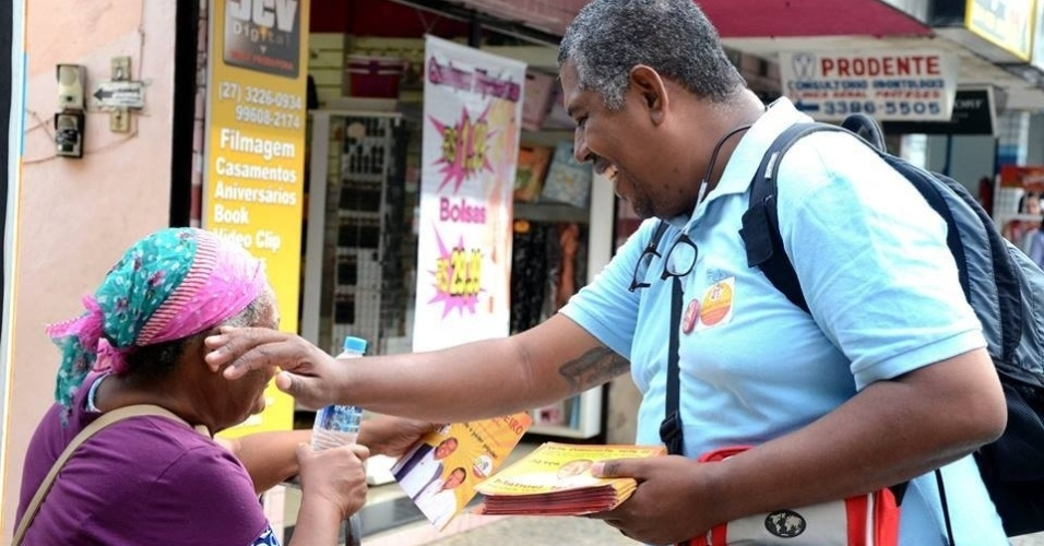 26.set.2014 - O candidato do PCB ao governo do Espírito Santo, Mauro Ribeiro, fez nesta sexta-feira (26) uma caminhada pela cidade de Cariacica, na região metropolitana de Vitória. Ele conversou com eleitores e distribuiu panfletos da campanha