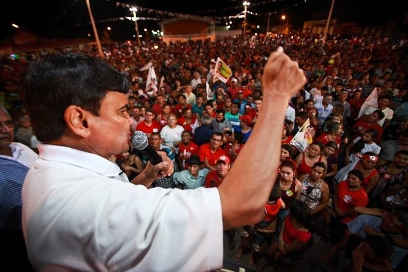 27.set.2014 - O candidato do PT ao governo do Estado do Piauí, Wellington Dias, faz campanha na cidade Cocal (PI), neste sábado