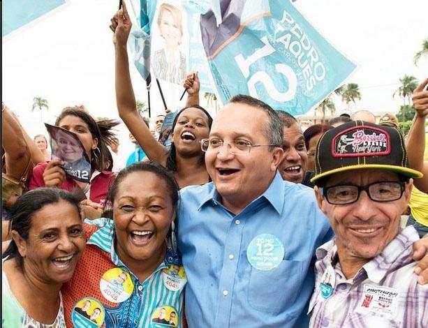 27.set.2014 - O senador Pedro Taques (PDT) lidera a corrida eleitoral pelo governo de Mato Grosso. Na foto, ele faz campanha na cidade de Alto Garças (MT)