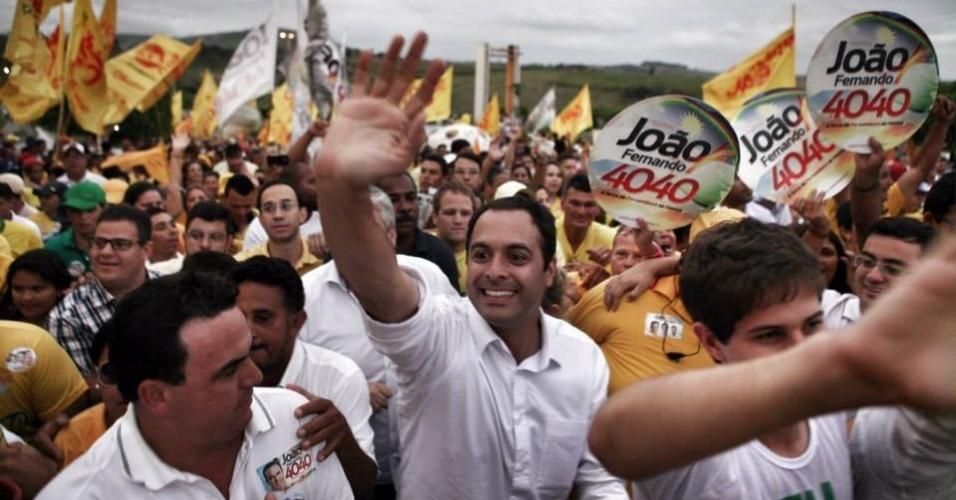27.set.2014 - Paulo Câmara faz caminhada em Camocim de São Félix, no agreste pernambucano. A comitiva depois foi para municípios vizinhos, como Bezerros e Panelas