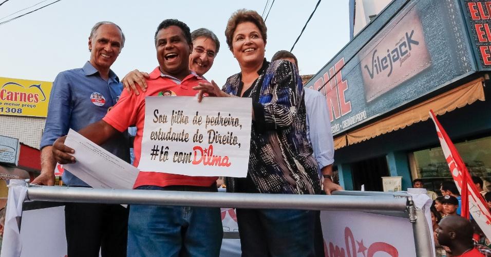 29.set.2014 - A presidente da República e candidata à reeleição pelo PT, Dilma Rousseff, faz caminhada no aglomerado da Serra, conjunto de vilas e favelas, em Belo Horizonte (MG), nesta segunda-feira. A presidente pediu aos moradores
