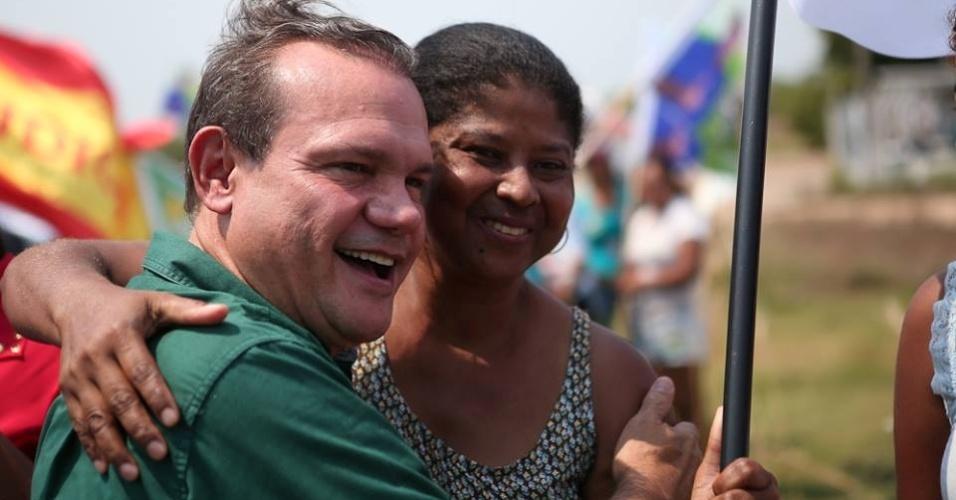 28.set.2014 - Candidato ao Senado pelo PR, Wellington Fagundes, faz campanha na cidade de Cáceres (MT)