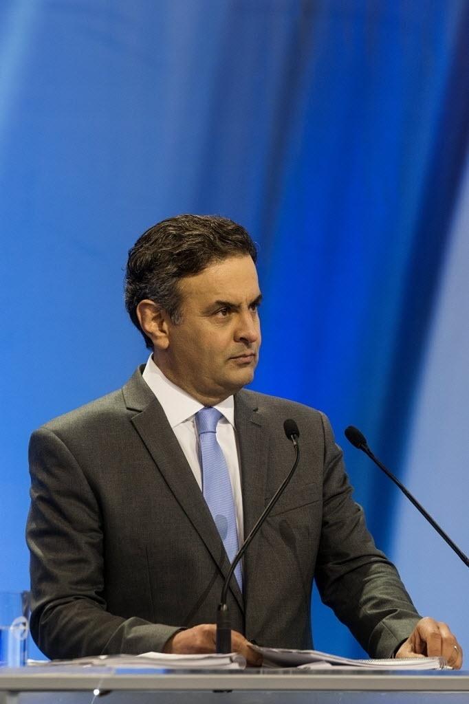 28.set.2014 - O candidato à Presidência Aécio Neves (PSDB) participa de debate promovido pela TV Record, neste domingo