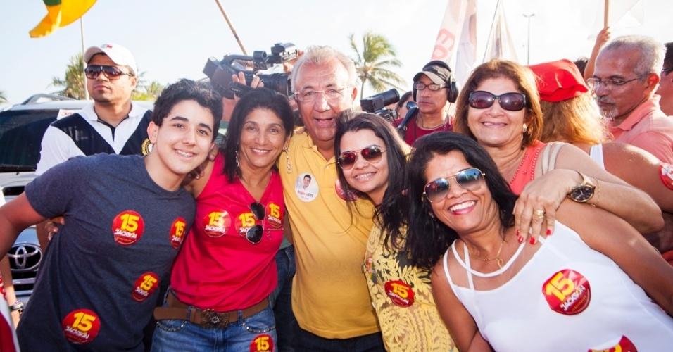 28.set.2014 - O candidato do PMDB ao governo do Estado de Sergipe, Jackson Barreto, faz campanha em Aracaju, neste domingo
