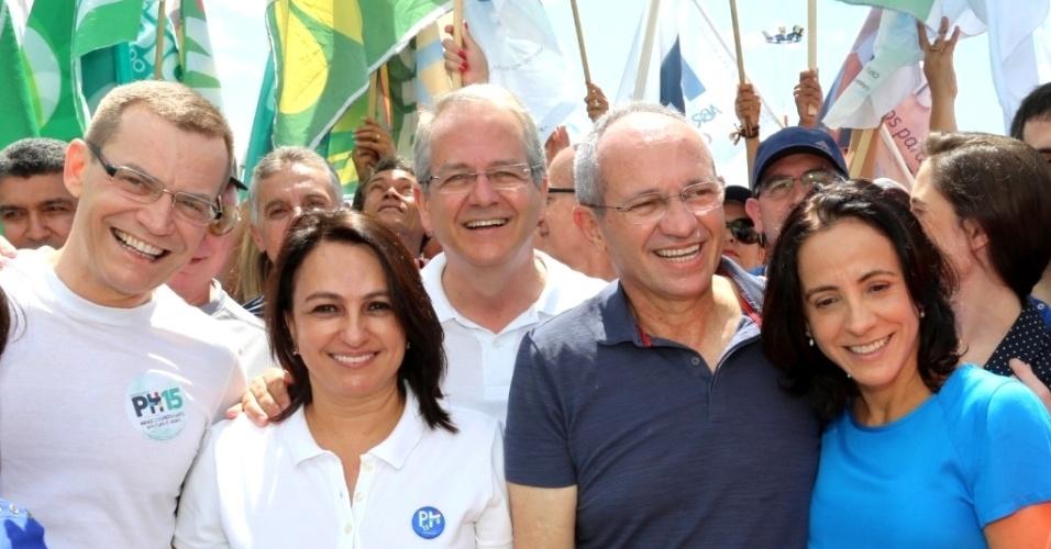 28.set.2014 - O candidato do PMDB ao governo do Estado do Espírito Santo, Paulo Hartung, participou neste domingo (28) de uma caminhada pela orla da praia de Camburi, em Vitória
