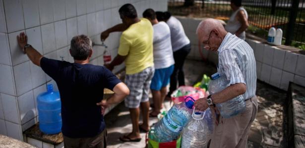 Moradores de Itu retiram água de bicas