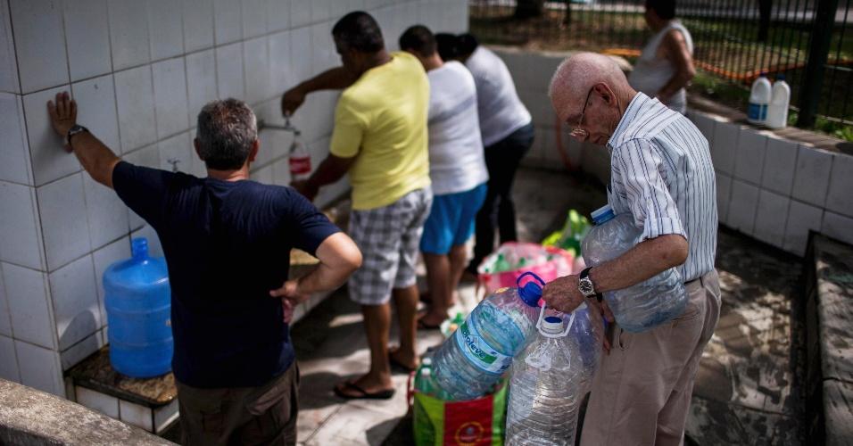 29.set.2014 - Moradores retiram água de bicas públicas devido ao racionamento de água causado por estiagem recorde no sistema Cantareira, em Itu, no interior de São Paulo, nesta segunda-feira (29). Racionamento se tornou comum nas pequenas cidades do interior do Estado