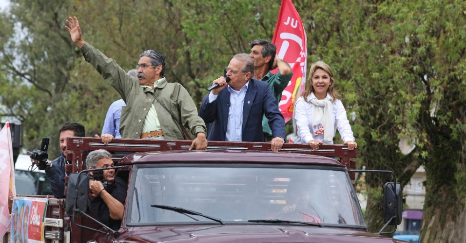 29.set.2014 - O candidato do PT ao governo do Rio Grande do Sul, Tarso Genro, participa de carreata na cidade de Pelotas ao lado do candidato petista ao Senado Olívio Dutra