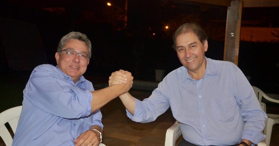 29.set.2014 - Os candidatos do PP Evander Vendramini (esquerda), que concorre ao governo de Mato Grosso do Sul, e Alcides Bernal (direita), que tenta uma vaga no Senado pelo mesmo Estado, se cumprimentam