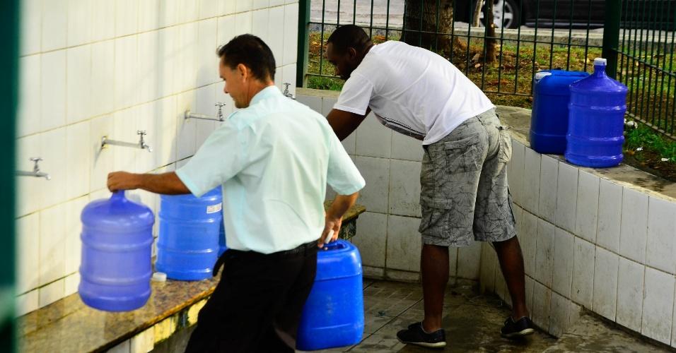 29.set.2014 - População enche galões em uma bica no bairro Santa Terezinha, em Itu (SP), como uma forma de contornar a grave crise hídrica que enfrenta o município. A cidade enfrenta os efeitos da seca que vem se prolongando desde fevereiro, quando começou o racionamento de água na região