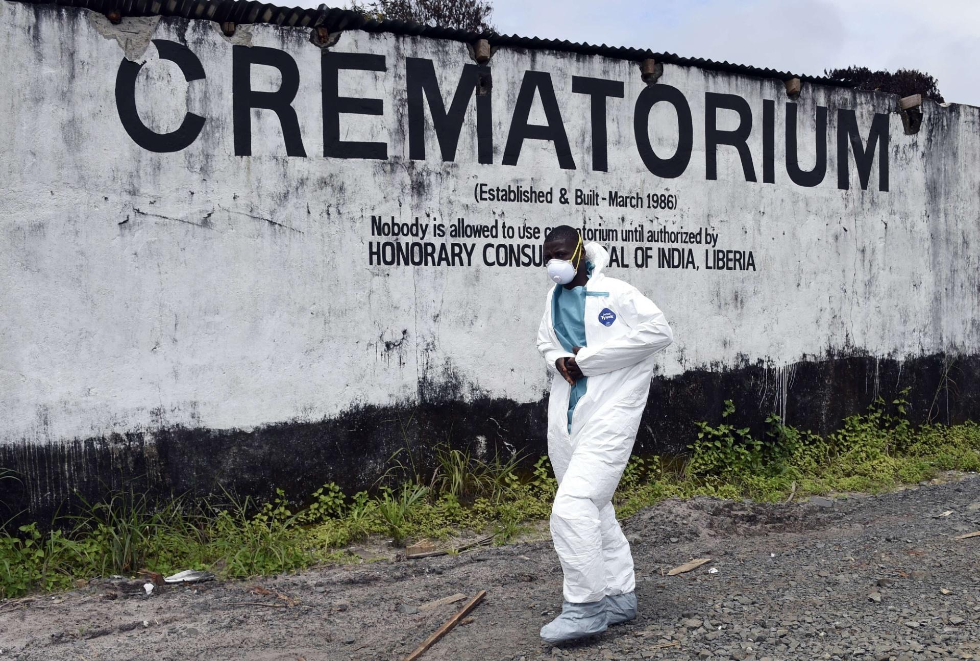 29.set.2014 - Profissional de saúde retira material de proteção individual ao deixar crematório de vítimas do vírus ebola em Monróvia, Libéria. O país é um dos afetados pela epidemia de ebola que atinge também Guiné, Serra Leoa e Nigéria e que já matou mais de 3.000 pessoas em 2014