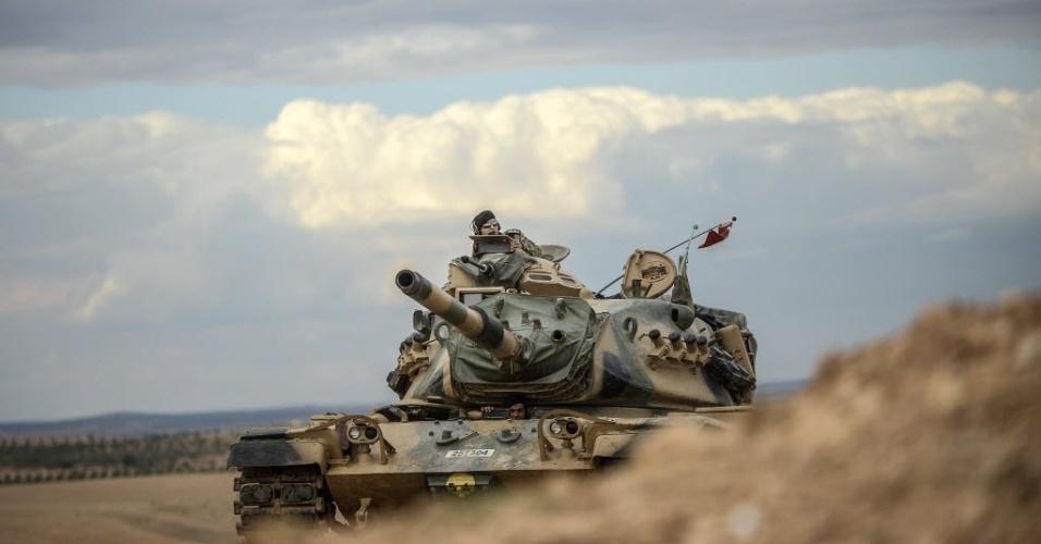 29.set.2014 - Tanques turcos tomam suas posições ao longo da fronteira entre a Turquia e a Síria nesta segunda-feira (29). A Turquia desdobrou vários tanques em uma colina próxima à fronteira com a Síria por conta do domínio da cidade de Kobani, um dos principais enclaves sírio curdos, após a queda de vários foguetes do grupo Estado Islâmico (EI) em solo turco, disse à Agência Efe uma fonte de alta categoria curda. O vice-ministro de Relações Exteriores do governo local autônomo curdo de Kobani, Idris Nuaman, explicou por telefone que
