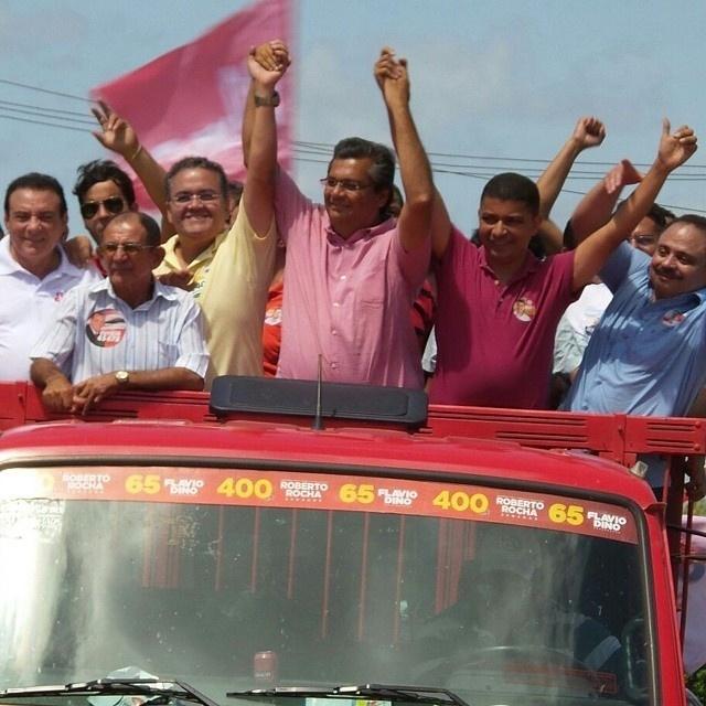 18.set.2014 - O candidato do PSB ao Senado pelo Maranhão, Roberto Rocha, participa de carreata em Carutapera