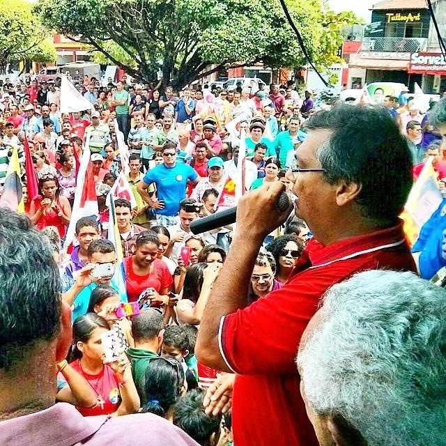 19.set.2014 - O candidato ao governo do Maranhão pelo PCdoB, Flávio Dino, participa de comício em Zé Doca, no Maranhão