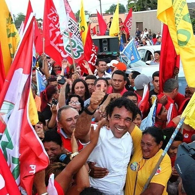 19.set.2014 - O candidato ao governo do Maranhão pelo PMDB, Lobão Filho, fez caminhada em Itinga, no Maranhão