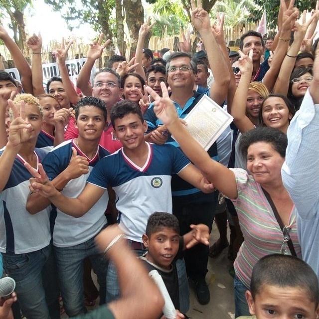 19.set.2014 - O candidato do PSB ao Senado pelo Maranhão, Roberto Rocha, fez caminhada em Centro do Guilherme