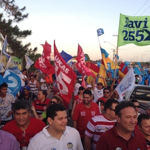 20.set.2014 - Candidato a senador pelo Amapá, Davi Alcolumbre (DEM) (ao centro com camisa branca) realiza caminhada nos bairros Murici e Vale Verde, em Macapá
