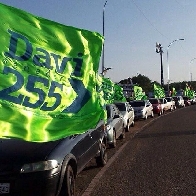 20.set.2014 - Carros com bandeiras do candidato a senador pelo Amapá Davi Alcolumbre (DEM) participam de caminhada nos bairros Murici e Vale Verde, em Macapá