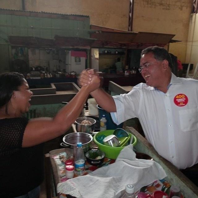20.set.2014 - O candidato do PSB ao Senado pelo Maranhão, Roberto Rocha, cumprimenta eleitores no Mercado Central de Pedreiras, no Maranhão