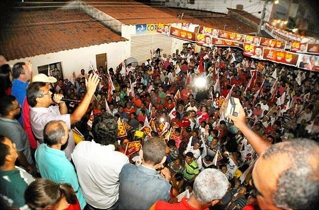 22.set.2014 - O candidato ao governo do Maranhão pelo PCdoB, Flávio Dino, participa de comício em Paulo Ramos