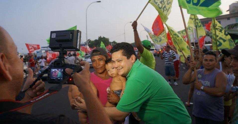 24.set.2014 - Candidato a senador pel24.set.2014 - Candidato a senador pelo Amapá, Davi Alcolumbre (DEM) (à dir. com camisa verde) tira fotos com eleitores durante caminhada pela orla do rio Amazonas, em Macapáo Amapá, Davi Alcolumbre (DEM) (à dir. com camisa verde), tira fotos com eleitores durante caminhada nesta quarta-feira (24) pela orla do Rio Amazonas, em Macapá