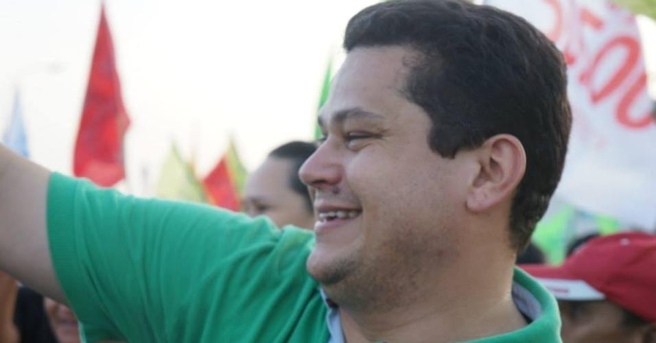 24.set.2014 - Candidato a senador pelo Amapá, Davi Alcolumbre (DEM) realiza caminhada pela orla do rio Amazonas, em Macapá