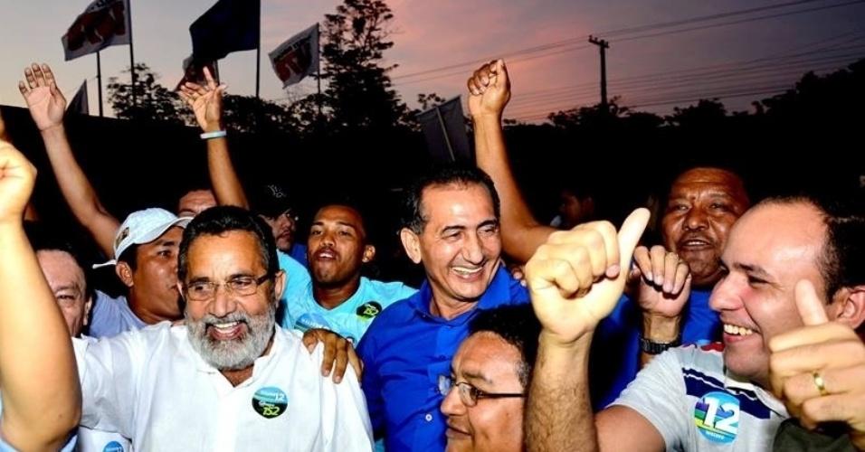 24.set.2014 - Candidato a senador pelo Amapá, Gilvam Borges (PMDB) (à esq. com camisa branca) participa de caminhada no Igarapé da Fortaleza, em Macapá