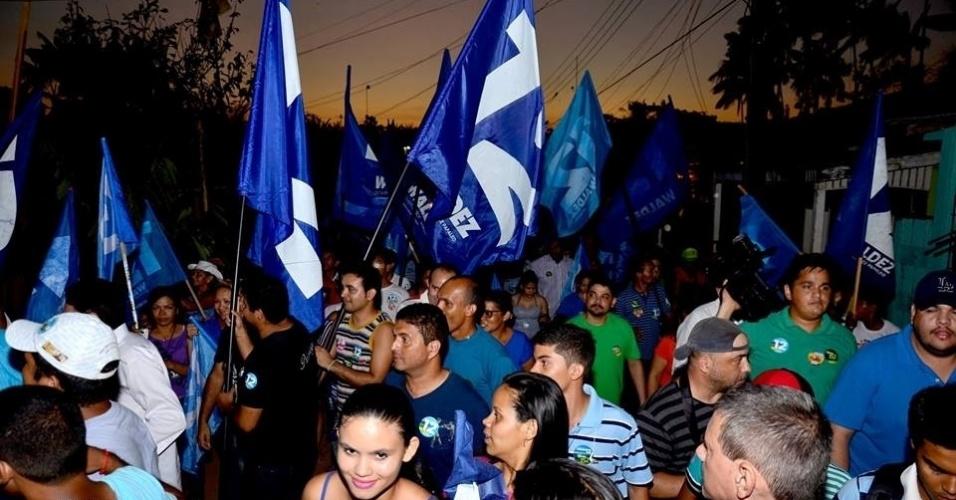 24.set.2014 - Moradores de Igarapé da Fortaleza, em Macapá, participam da caminhada do candidato a senador pelo Amapá Gilvam Borges (PMDB)