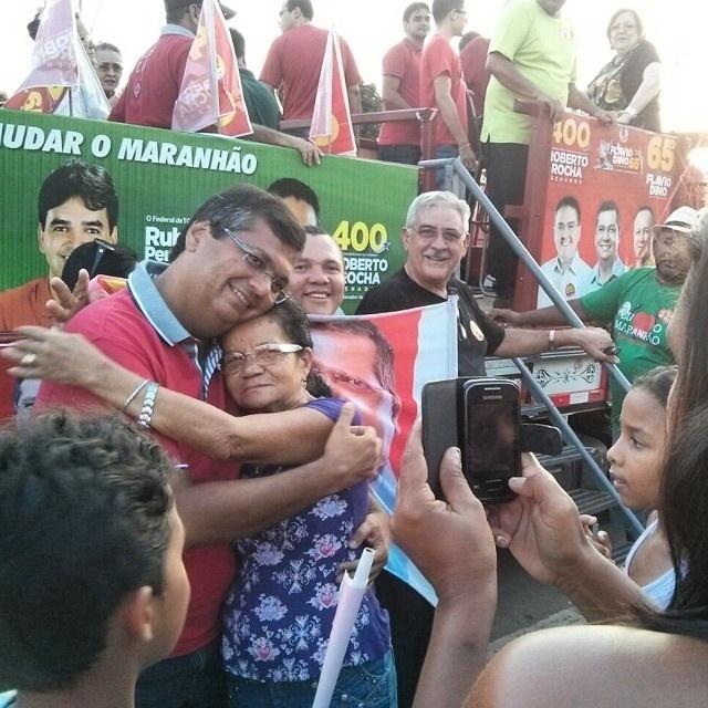 26.set.2014 - O candidato ao governo do Maranhão pelo PCdoB, Flávio Dino, cumprimenta eleitores em Caxias