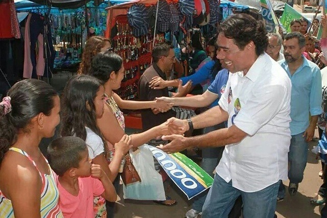 26.set.2014 - O candidato ao governo do Maranhão pelo PMDB, Lobão Filho, cumprimenta eleitores em Santo Antonio dos Lopes
