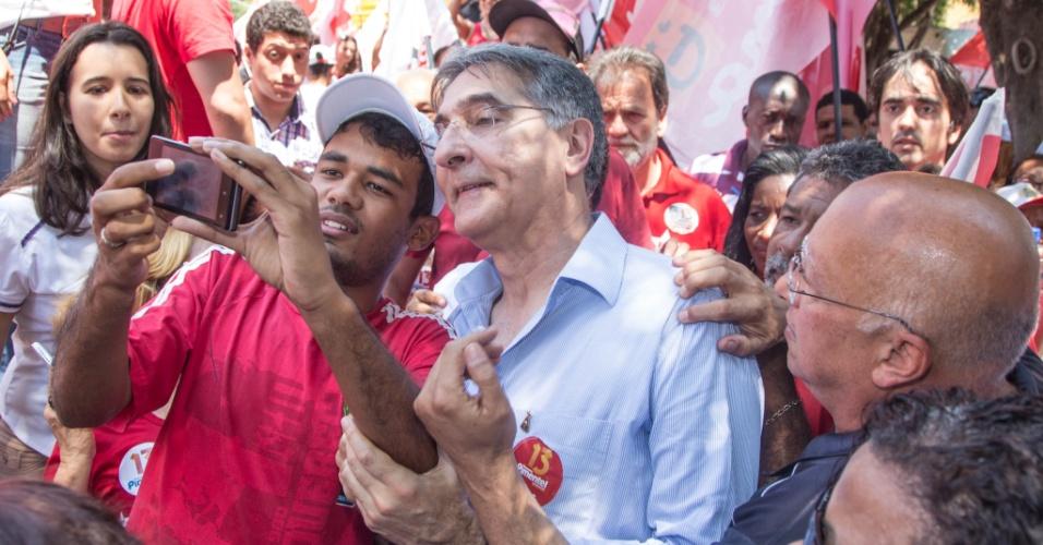 27.set.2014 - O candidato ao governo do estado de Minas Gerais, Fernando Pimentel, do PT, faz caminhada em Coronel Fabriciano, Minas Gerais