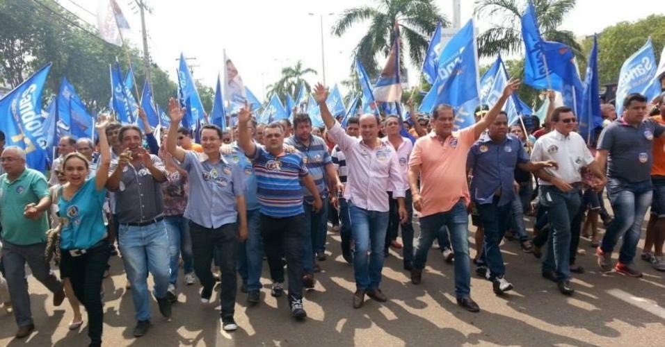27.set.2014 - O candidato ao governo do Estado do Tocantins Sandoval Cardoso (SD) (camisa rosa) participa de passeata na avenida JK, no centro de Palmas, ao lado do candidato a senador pelo mesmo partido, Eduardo Gomes (de laranja)